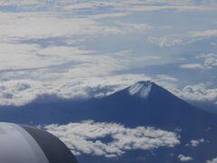 羽田空港を出発すると北へ旋回。 スカイツリーを眼下に見ながら(シャッターチャンスを逃す)西へ向かいました。 暫くすると「左下に富士山が見えます。」との機内放送。 雲の合間から薄っすらと駿河湾も見えているようです。