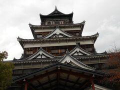 最初は、広島城。 観覧券は、¥370で現金のみ。 キャツシュレス化が出来ていません。  丁度、遠足に来ている小学生が記念写真を撮っていたので、 早々と入城して天守閣まで登って行きました。