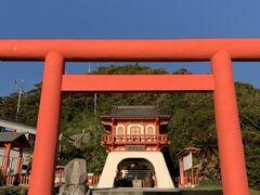 龍宮神社に到着。可愛らしい神社。 長崎鼻は浦島太郎が竜宮へ旅立った岬と言われているんだね。 なるほど、お土産屋さんに亀のはく製(?)が沢山あった訳だ。
