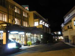 鎌先温泉の共同駐車場に車を置いて温泉街へ。温泉街と言っても宿はたった4軒。