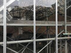 旧グラバー住宅は保存修理中でガラス越しに職人さんが働いている様子が見えました。