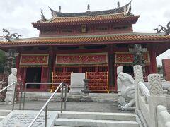 孔子像の祀られた大成殿前には龍を掘り込んだ御道石、神さまと皇帝だけが通る道だそうです。