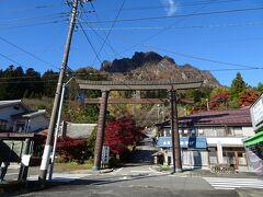 妙義神社に到着。ギザギザした妙義山が見えています。