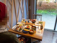 奥入瀬渓流ホテルの朝食。 窓辺のいい席に案内していただきました。