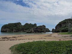 <浜比嘉島> 平安座島から橋を渡り浜比嘉島に 途中沖縄の離島らしい比嘉集落を抜けてシルミチューに向かいます。 車を止めて浜で少し、ぼっーーー