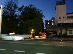 帰りは県道通らずに裏道を行きます。 松田屋ホテル(左)横の湯の香通りの足湯の横を通って