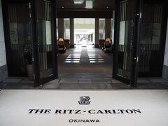 <ザ・リッツ・カールトン沖縄> 本日の宿泊です。大好きなリッツに泊まりたくて沖縄まで来ました。 エントランスから南国の雰囲気があります。 海外に行かなくてもここでリゾート楽しめます。