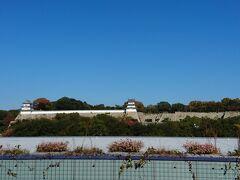 新大阪から40分ぐらいでしょうか、明石駅に到着です。明石駅から明石城が見えます。 今回は行く予定はありませんが、写真だけ撮っておきましょう。