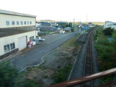 柳津駅以来の気仙沼線の線路。 でも、BRTは柳津駅を出ると前谷地駅直通なので、近くを通っても、和渕駅には停まりません。