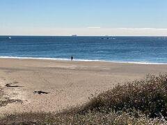 そうこうしてる間に伊良湖港に到着しました。  車で近くの観光スポット「恋路ヶ浜」にやってきました。 釣客が一人、投げ釣りしています。 「恋路ヶ浜」はこの先の「伊良湖岬灯台」から日出の石門までの約1kmにわたって広がる美しいビーチです。