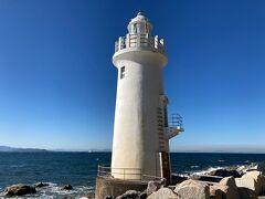 愛知県の渥美半島先端にある、伊良湖岬の突端に立つ白亜塔形(円形)の中型灯台です。 雲一つない青空に白亜の灯台、綺麗ですな~。