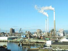 2020.11.21 東京ゆきのぞみ6号車内 大きな工場群が見えると徳山通過。徳山までのぞみグリーンを使うと15890円らしいので、ボロ勝ちである。