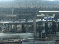2020.11.21 金沢ゆき特急サンダーバード13号車内 京都に到着!113系のラッピング電車が停車中。