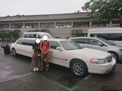これまでの旅行記→https://4travel.jp/travelogue/11638281  2020年3月17日(火) 5日目 ホノルルに到着。さっきまでザーザー降りの雨だったららしい。良かった、止んで。 空港からホテルまではハネムーン特典の貸し切りリムジンで向かいます。