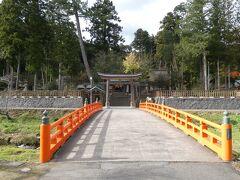 次の訪問先は旧八雲村の熊野大社。さらに南の山里に鎮座する熊野さんまでは車で10分ちょい。 朱塗りが目映い八雲橋を渡って神域に入ります。