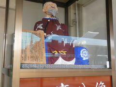 乗り換え駅の益田での1コマ。万葉の歌人、柿本人麻呂(人麿)の終焉地の有力候補に益田が挙げられているそうで、少しお茶目な人麻呂像がホームに飾ってありました。
