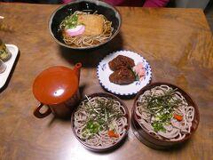弥栄神社脇にある「美松食堂」で遅めの昼食。 黒い稲荷寿司が名物というこの食堂、地元の人も稲荷寿司を買い求めに来ていたりと賑わってました。並んでるのは、島根名物割子そばときつねそば、そして稲荷寿司(今日最後の2個を割引価格で提供してもらえた、ラッキー)。