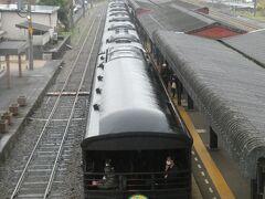 客車がホームに入線した所で改札開始。ついに念願のD51のSL列車に乗ります。 2017年に秩父鉄道でC58に乗ったけど、やっぱりD51となると思い入れが違うのでワクワク(C58君、ごめんね)。  ↓その秩父鉄道のSLに乗った時の旅行記はこちら https://4travel.jp/travelogue/11289039