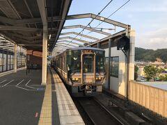 ■東舞鶴→舞鶴線→山陰本線→福知山 東舞鶴17:46発福知山行き。 本の時刻表が好きな自分ですが、このエリアに関しては紙の時刻表は分かりにくい。 というのも、運転系統が複雑でまさに二次元的なネットワークを形成しているからです。例えばこの列車は山陰本線下り方面へ向かいますが、JTB時刻表は東舞鶴→山陰本線上りをひとまとめにしています。京都へ直通する特急を考えるとそうなります。 綾部から山陰本線に入り、福知山18:29着。  ここまで京都経由で来る方法もあったけど、こうやって日本海側回った方が楽しかったでしょ。