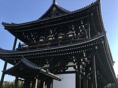 楼上内部は諸仏が並び天井や柱に極彩画が描かれている。拝観料1,000円。