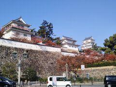 再び駅の北口側へ行き福山城を初めて見学する。 石垣の手前の木々が色づいている。