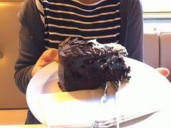 カフェへの欠乏感を補うために、ケーキ! ウェイターさんの強いおすすめで「チョコレート」。さすがのボリュームです^^