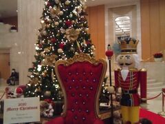 朝10時頃博多到着。まずは友達が泊まっている日航ホテルで合流。私は今回は安宿です。 今年の飾りには王様の椅子が鎮座していました。年毎に少しずつ変わるので楽しいです。