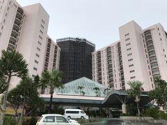 <オキナワ マリオット リゾート & スパ> アフタヌーンティをするために立ち寄ります。 大型ホテルですね。