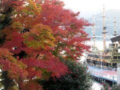 芦ノ湖の紅葉と海賊船