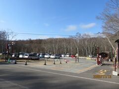 鏡池から10分弱で戸隠神社奥社の駐車場に到着。ここは有料駐車場でした。駐車した時は、車の数もまばらでしたが、戻ってきた11時過ぎには200台駐車可能なスペースのほとんど埋まっていました。