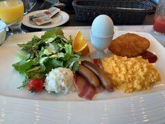翌朝、今回は1泊朝食付きのプランにしましたが、新型コロナウィルスの影響で通常のバイキング形式から和定食または洋定食の選択式に変更してました! 僕は洋食