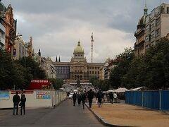 カフェ・ルーヴルを出た後、プラハ最後の夜は周辺散策で。国立博物館を臨むヴァーツラフ広場(というか通り)にまずは来てみました。土曜の夜なので人も多いし大道芸も出ていました。