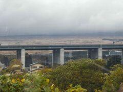 東名高速の奥の荒地光景は自衛隊東富士演習場。