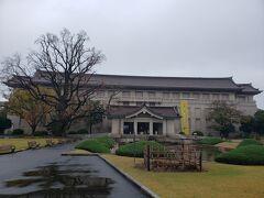 国立博物館に到着。  これは本館。
