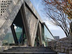 東京都現代美術館。 銀座からはちょっと離れています。40分くらい?  木場公園の北側。 木場駅まで出て、そこから路線バスに乗ると美術館の目の前まで行けるのですが、時間が合わなかったので約15分歩きました。