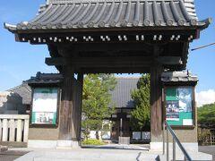 康全寺。 1581年酒井忠重の城主時代、徳川家康が村巡見の途中にこの寺に泊った折に、家康から一字をもらい康全寺と改めたと伝えられています。