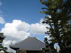 伊文神社に向かうつもりが、先に妙満寺に来てしまいました。 迷って通った細道も楽しみつつ。