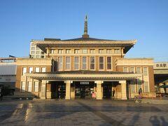 朝7時台の列車で法隆寺へ向かいました。 JR奈良駅前に建つ奈良市総合観光案内所です。85年ほど前に建てられ、奈良駅舎として使用されていたため、目を奪われるほど堂々とした造りの建物です。担当の方が観光案内してくれるのは9時からですが、建物内にはカフェもあるので7時頃には入ることができ、観光パンフレットや地図を手に入れることができました。