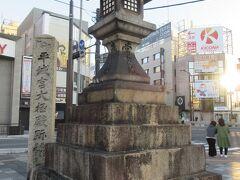案内所前の広場には、平城京大極殿跡と刻まれた石碑と常夜燈も建っていて古都らしさが感じられるJR奈良駅前です。