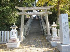 法輪寺に向かう途中で立ち寄った斑鳩神社。 田園風景が広がるエリアに建っています。40段ほどの階段を上がった先には、菅原道真を祀った拝殿が建ち、拝殿からは本殿が見える造りになっていました。法隆寺のインフォメーションセンターの方の話では、938年建立という歴史ある神社で、地元の方たちからは天満(てんま)さんと呼ばれ親しまれているとのことでした。境内に立つ石灯籠の中には300年以上の歴史があるものもあり、地元の守り神として篤く信仰されているとのことです。