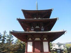 境内に建つ三重塔は昭和50年に作家の幸田文さんたちによって再建されたものですが、周囲の木々と調和し趣が感じられました。