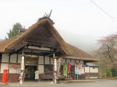 湯野上温泉郷の朝散歩で出かけたのは、橋の上だけではなく、日本に2つしかないといわれる茅葺屋根の駅舎を持つ湯野上温泉駅へ。  まだ朝早く、目覚めたばかりの乗客もいないレトロな駅舎を楽しんだ。