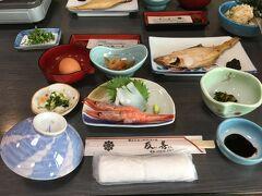 """朝ごはんは、広間を区切って数組ずつ。一緒になったグループは、大阪(たぶん)からのおっさんグループ。朝から酒飲んで、いい気分ですなぁ~(^^;) それは良い。ワタシらも運転しなかったら飲んでる。でも大声出すのはNGやで!""""(-""""""""-)"""" 旅館の朝ごはんっていいですよね~。ご飯がおいしいから、ついつい食べすぎちゃいます。昨夜はお腹はちきれそうだったのに…(^^;)"""