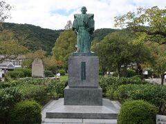 「吉川広嘉公像」。  「錦帯橋」を渡り、「吉香公園」近くに建っています。  岩国藩三代藩主の吉川広嘉公が、錦帯橋を創建し、その偉業を讃えて像が建てられたそうです。 しかし、岩国藩では、二代藩主から十一代藩主までの肖像画が残っていないため、こちらの像は、初代藩主と子孫の方の肖像画と写真を合成して作られたそうです。すご~い!!!。