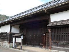 「香川家長屋門」。  岩国藩家老の香川家の表門で、1693年(元禄6年)に香川正恒が建立しました。 山口県の文化財に指定されています。門だけですが、どっしりとした重厚感が感じられ、当時の武家屋敷の雰囲気を知ることができますよ!。
