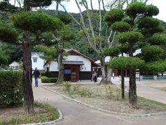「吉香公園」へ。  旧岩国藩主吉川家の居館跡が「吉香公園」です。  公園内はしっかり整備されており、市民の憩いの場になっています。  大きな噴水や、藩政当時の姿をとどめる建造物などが点在されています。城下町の雰囲気を感じられる公園です。  見どころがたくさんありますよ。