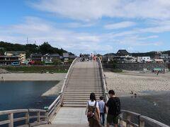 では、「錦帯橋」を渡って、駐車場へ戻ります。  徐々に人が増えてきましたねー。