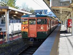 雲場池から再び軽井沢に戻り鉄道旅再開です! しなの鉄道に乗ります。レトロなキハ40ですね。