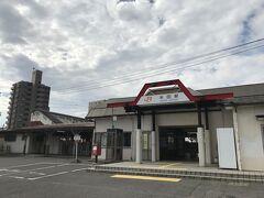 半田駅です。すぐ隣で新しく駅舎を建設中です。