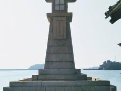 鞆港のシンボル常夜燈(じょうやとう)。 地元では「とうろどう」と呼ばれている。 1859年に建てられた灯台で、その高さは海中の亀腹型石積みまで含めると10メートル以上となり港の常夜燈では日本一の大きさである。
